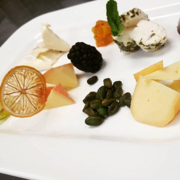 #cheeseplate #brandnertal #instafood #instapic #chef #funnyteam #gastronomie #foodpic #foodinsta #culinaryart 🧀 Hotel Sarotla