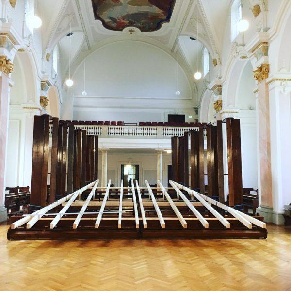Auftrag an Arch. Juri Troy eine temporäre Bühne für die Montforter Zwischentöne zu ...