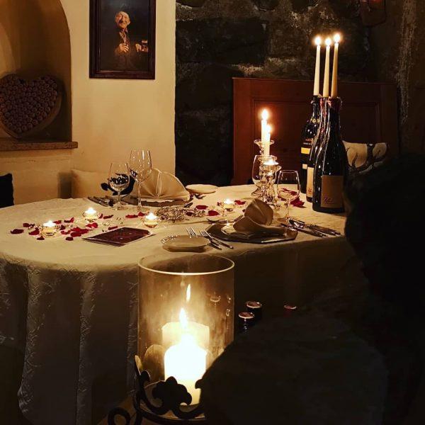 Candle Light Dinner bei uns im Weinkeller! #spaalpenrose #candlelightdinner #kerzenlicht #romantisch #weinkeller #zeitzuweit ...