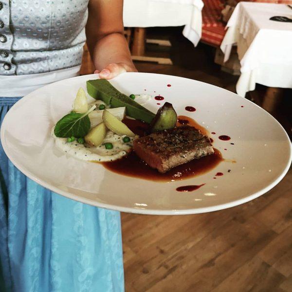 Küchenchef Swen mit Team verwöhnt täglich kulinarisch unsere Gäste! #spaalpenrose #lammrückensteak #leckeressen #kulinarisch #regional Aktiv & Spa...