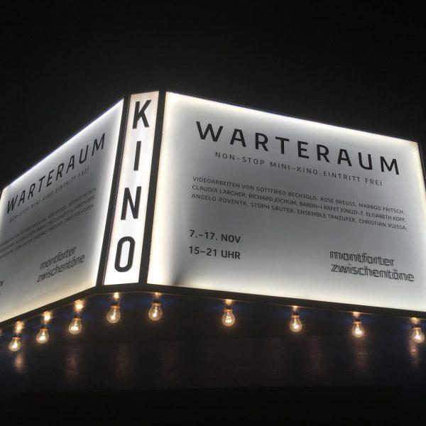 Pop-up Kino mitten in der Stadt. 10 Videoarbeiten von Künstlern zum Thema WARTEN. ...