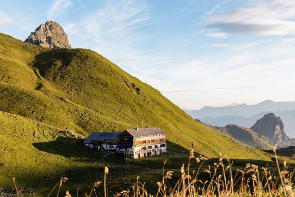 ...von Berghütte zu Berghütte ⛰ Die Montafoner Hüttenrunde führt Dich auf 13 Etappen ...