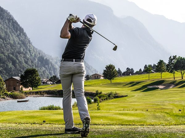18-Loch Golfplatz Bludenz-Braz - Etappenweise geht es in die Höhe und ein Golfer ...