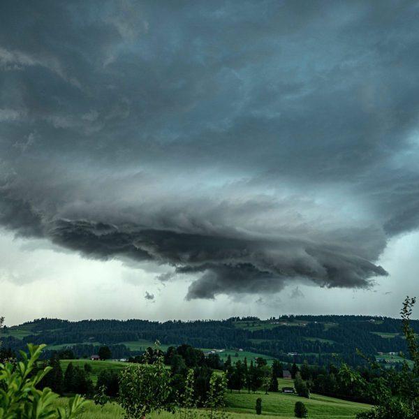Das Gewitter von gestern Abend über Sulzberg im Bregenzerwald. #gewitter #gewitterwolken #gewitterstimmung #gewitterzelle ...