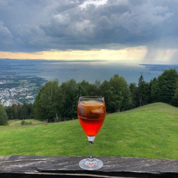 Noch schnell ein feiner Aperol Spritz auf der Aussichtsterrasse des Berghaus Pfänder - ...
