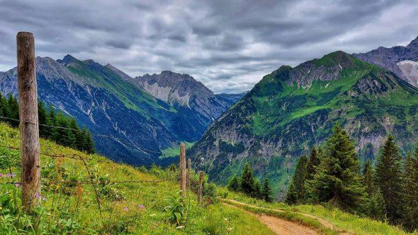 #hiking #hikingtrails #wandernmachtglücklich #wanderlust #mountainlovers #mountains #bergwelten #bergliebe #kleinwalsertal #gipfelstürmer #gipfelglück #naturelovers #summerday #cloudysky #ontour #wanderwege #outdoor...
