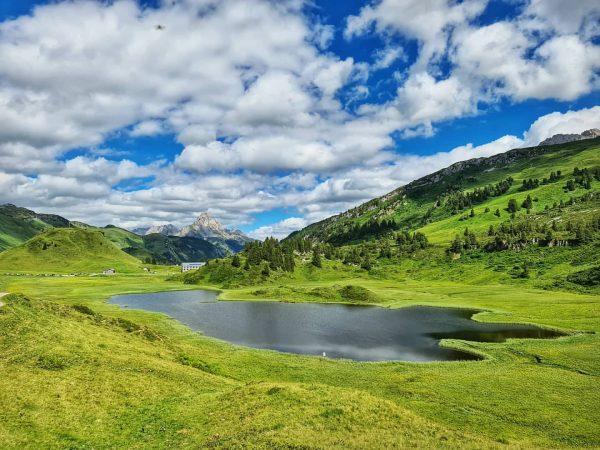 Kalbelesee in Österreich - 1653m ü.A. DerKalbeleseeist ein natürlicher Hochgebirgssee amHochtannbergpassim Gemeindegebiet vonWarthimösterreichischenBundeslandVorarlberg. ...
