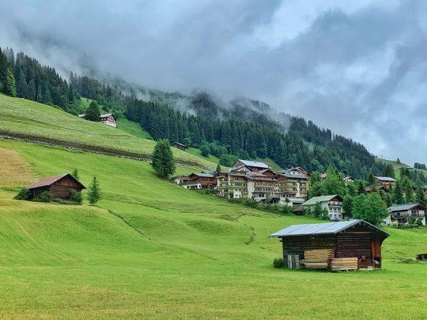 Heute ist kein Kaiserwetter, aber raus kann man trotzdem #kleinwalsertal #mittelberg #erholungpur #wanderurlaub ...
