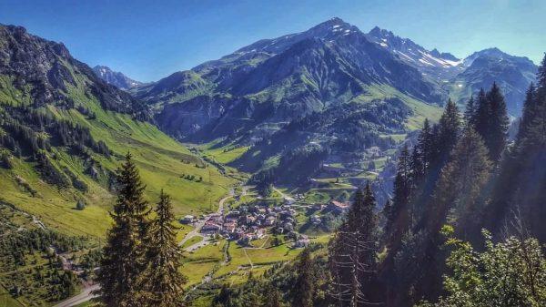 Ich kam. Ich sah. Mein Dorf 💙 Meinen Rückzugsort. 🌿🚶♂️🐮🌲☀️🏊♀️🚴♀️🍷🍺 ⏩ www.stuben-arlberg.at/Sommer2020/ I ...