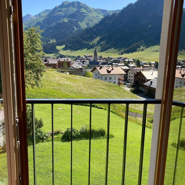 Enjoy the view! 🤩🤩 #whataview #mountainview #windowview #bestofthealps #picturesque #mountainlover #thecoloursofnature #wanderurlaub #hiking #lechzuers #moretimemorespace Hotel Garni...