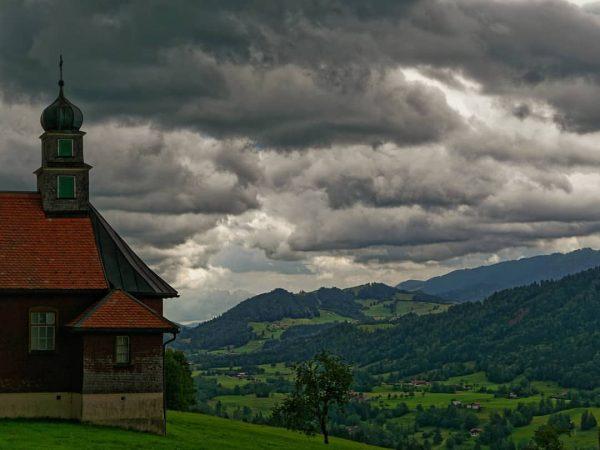 Ein Sturm kommt... Gesehen in Sulzberg, Vorarlberg. #gewitter #wolken #visitvorarlberg #leicadlux7 #leicadlux #leica_club ...