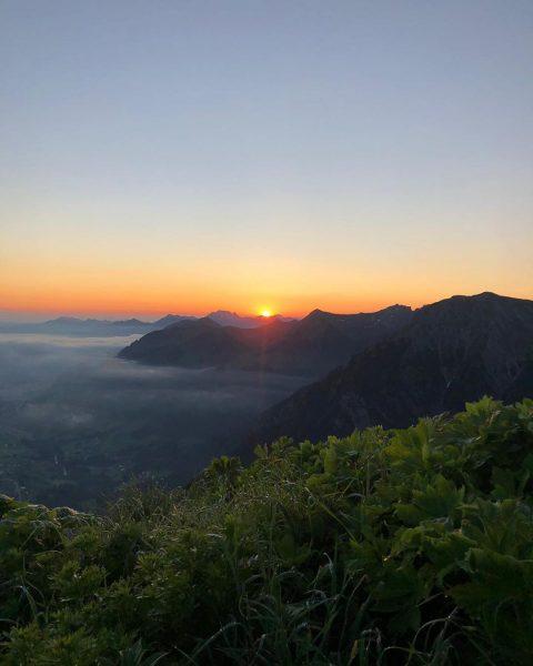 Sonnenaufgang auf dem Bärenkopf. 🌄 #kleinwalsertal #sunrise #mountains #visitvorarlberg #whereyourheartbeats #bergchaletbaad #berge #sommer #vorarlbergwandern
