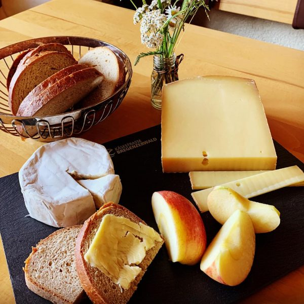 """Hittisauer Bergkäse"", weil's schmeckt! ➡️ Käse geht bekanntlich immer. 😉 . #sennereihittisau #käseausdembregenzerwald #hittisauerbergkäse 🧀 #bregenzerwälderbergkäse #vorarlbergerbergkäse..."