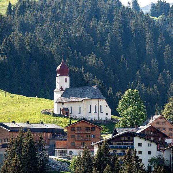 Unsere Pfarrkirche St. Nikolaus thront bereits seit 1392 im Kirchdorf Damüls. #damülsfaschina #visitbregenzerwald ...