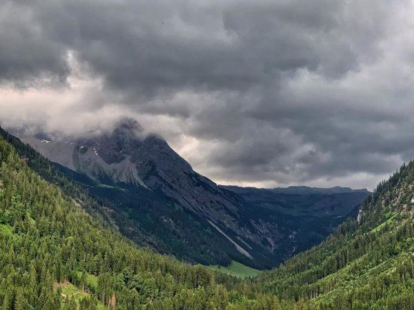 Gewitter im Anmarsch #kleinwalsertal #mittelberg #gewitterwolken #wanderurlaub Mittelberg Kleinwalsertal