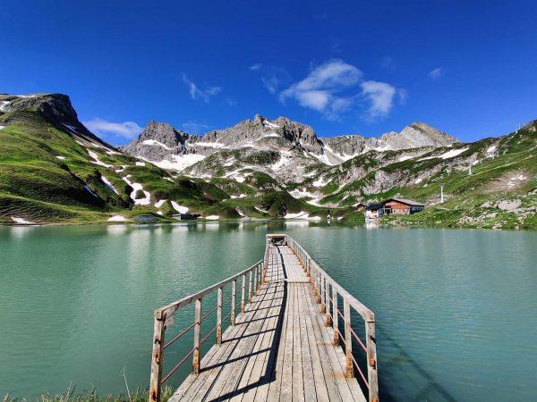not the worst view 🏞️ #zürsersee #zürs #zürsamarlberg #lech #lake #mountains #austria #visitaustria #vorarlberg #vacation #vacationinaustria #urlaubinösterreich...