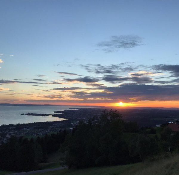 Sonnenuntergang am schwäbischen Meer - traumhaft . #sonnenuntergang #bodenseeliebe #meer #naturschauspiel #farben #berge ...