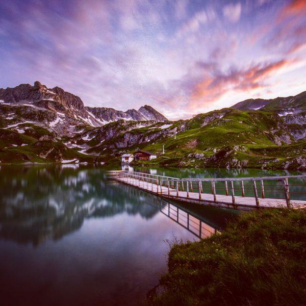 Nach Sonnenuntergang der #zürsersee mit einem schwimmenden Steg. #visitvorarlberg #loves_austria #alpenliebe_official #earth_shotz #globalcapture ...