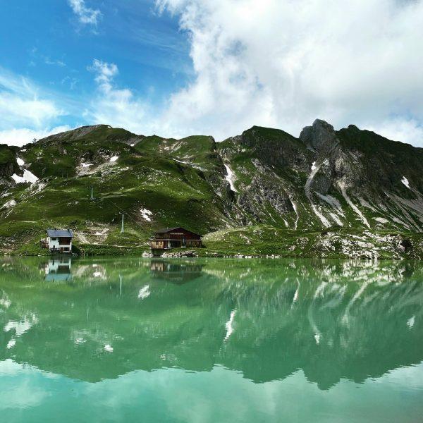 Im Winter gut verborgen unter einer dicken Schneeschicht, lädt der Zürsersee im Sommer ...