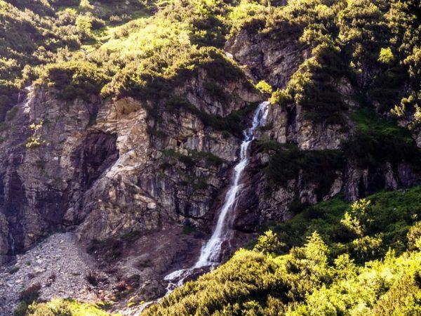 Der große Wasserfall im Wildental, leider nur aus der Ferne komplett zu sehen; ...