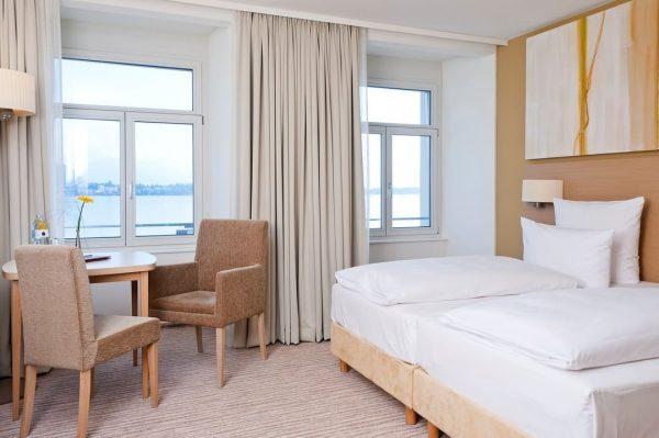 Nach dem Öffnen der Zimmertüre stehen Sie in einem modernen und komfortabelem Zimmer ...