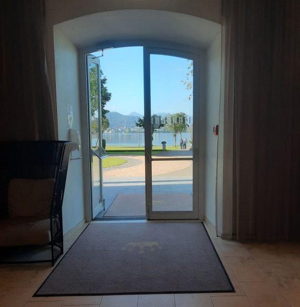Das Seehotel Am Kaiserstrand begrüßt mit einer großen Lobby mit direktem Blick auf ...