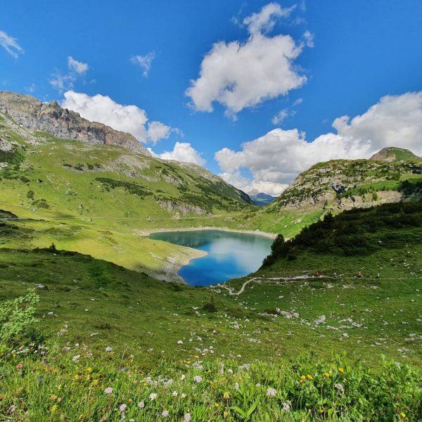 Unsere letzte Etappe auf dem Lechweg, die Berge hüllen sich in Wolken. Auf ...