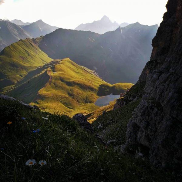 Abendstimmung auf dem Widderstein Hochalpsee im Vordergrund #Widderstein #mountains #landscape #austria #Gipfel #abendstimmung ...