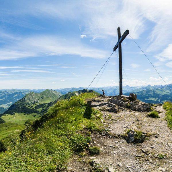 Grandioser Ausblick von der Mittagspitze 😍 #damülsfaschina #venividivorarlberg #visitbregenzerwald #bergliebe #bergsommer #wandern #gipfelkreuz Damülser Mittagsspitze