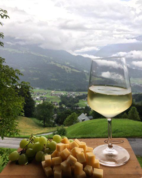 Für die Feinschmecker unter uns... Laurentius extra pikant mit dem passenden Glas Wein! 🧀🍇#sennereischnifis #käse #heumilch #vorarlberg...