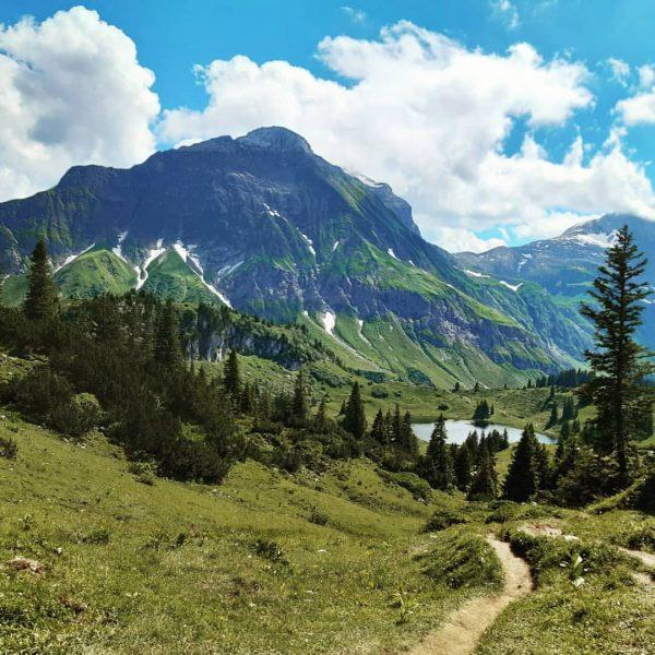 Energy place🌼🐝😎 #berghofschroecken #körbersee #bringbackthepower #hiking #nature #healthylifestyle #naturalliving #warthschröcken #hiking #holiday #travel ...