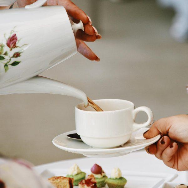 Pikante Details aus der Welt der Royals. High Tea mit Scones, Kuchen und ...