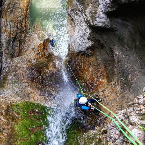 Nach einem gelungenen Abseiltraining werden sogar die Gäste zu richtigen Abseilprofis! #privateguiding #canyoning ...