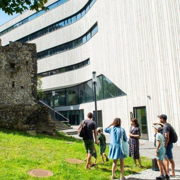 Stadtgeflüster 2020 in Feldkirch Familienführung vor der alten Stadtmauer und dem vergleichsweise neuen ...