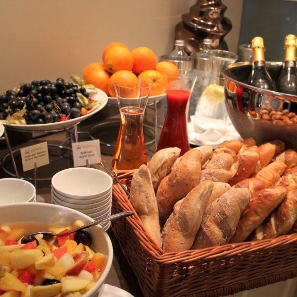 Ein schöner Tag lässt sich am besten bei einem reichhaltigen Vital-Frühstück auf der Terrasse starten. Mit Blick...