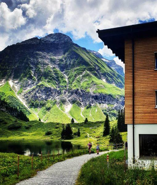 Hinterm Haus. #körbersee #berghotel #gebirgssee #schröcken #auenfeld #wandern #berge #vorarlberg #bregenzerwald #haus #schönsterplatzösterreichs ...