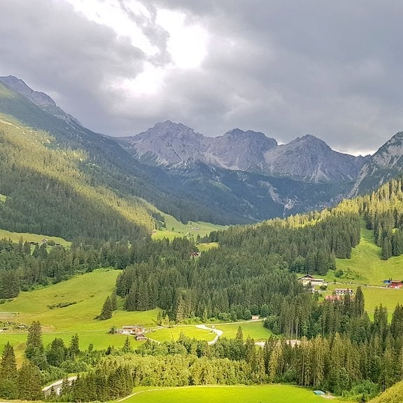 Het #Wildental in het #Kleinwalsertal vanaf het mooie terras van @wirtshaushoheneck in #Mittelberg. ...
