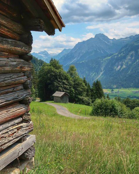 Wandelend vanaf Schönenbach bijna weer in Au . . #bregenzerwald #vorarlberg #oostenrijk #au ...