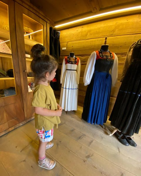 Juppen bestaunen #angelikakauffmannmuseum Schwarzenberg im Bregenzerwald