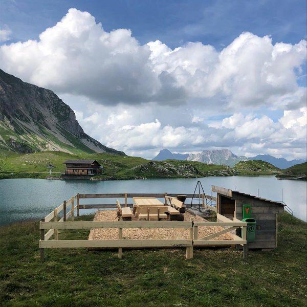 Schon wieder ein Schmuckstück! Grillplatz Nr. 9: Zürsersee. Viel Spaß damit! #staypositive#staysafe #bauhofbewegtlech#grillenmachtglücklich #lechzuers#arlberg#dergruenering#weilstillstandnichtsbewegt Lech, Vorarlberg, Austria