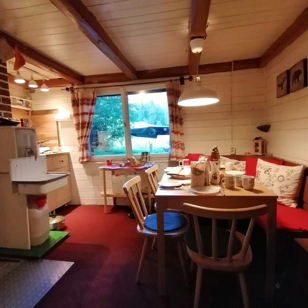 """Frühstück ist fertig. 7 Wanderinnen haben auf """"Minem Weag"""" Station in der Hütte ..."""