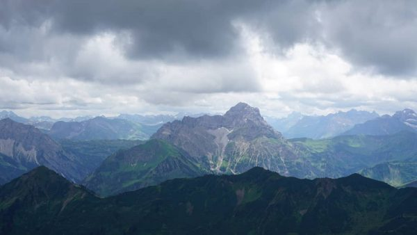 Mächtig erhebt sich der 2533 Meter hohe Große Widderstein im Vorarlberg hinter dem ...