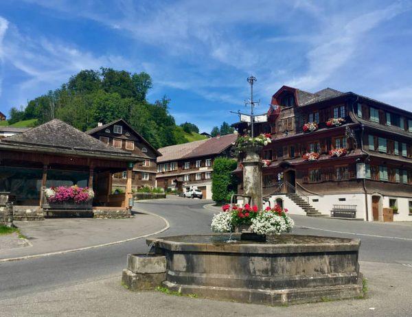 """Beim geführten Architekturspaziergang 🚶♂️🚶♀️ """"Umgang Schwarzenberg"""" könnt ihr allerhand über unser schönes Dorf ..."""