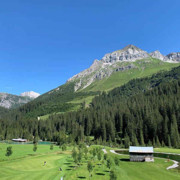 Unser Golfplatz Lech inmitten einer traumhaften Bergkulisse #golf #golfplatz #berge #sommer #sommerurlaub #sommerindenbergen #urlaub #austria #vorarlberg #venividivorarlberg...