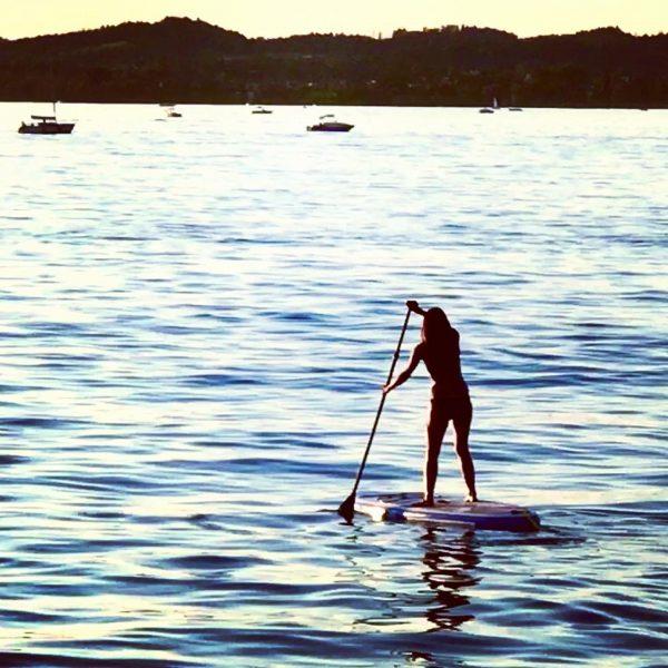 Stand up paddling. Ein ungebrochener Trend am Bodensee. Tendenz steigend. Wäre es eine ...