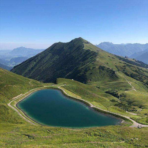 Ja, der er ikke meget i motiverne som ændrer sig: bjerge, alpehytte-forplejning og ...