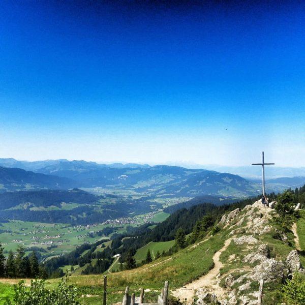 ich kam. ich sah. Hochhäderich. #venividivorarlberg #visitvorarlberg #visitbregenzerwald #bregenzerwald #gipfelkreuz #gipfelstürmer #ausblick #aussicht ...