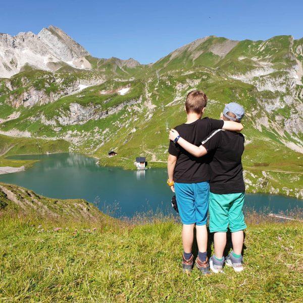 Met de stoeltjeslift omhoog om een prachtig uitzicht op de Zürsersee te hebben. Een bezoek aan de...