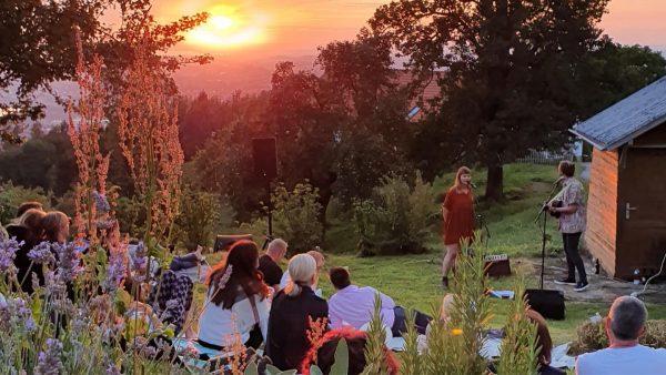 acoustic sunset with @stereo.ida 🌅 🎶 #vorarlbergerkulturpicknick #sunset #lakeconstance #bodenseevorarlberg #venividivorarlberg #feelaustria #fireball ...