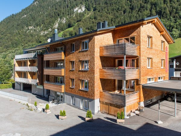 viel Holz, natürlich, usprünglich, regional am Arlberg